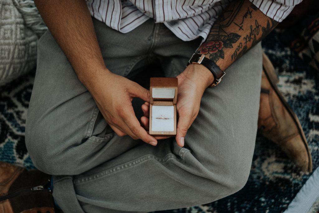 'Om welke hand wordt de trouwring gedragen?' Saskia trouwt blog trouwring
